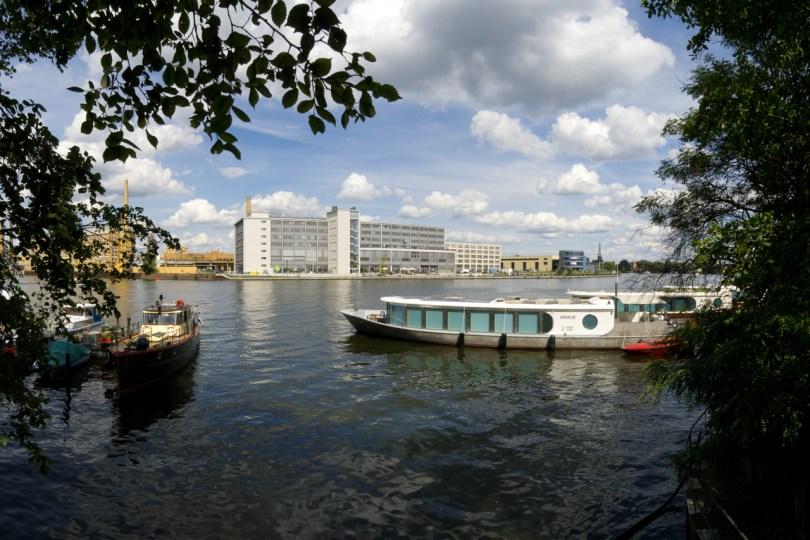 Das Geb‰ude G auf dem Campus Wilhelminenhof von der Spreeeseite aus, im Vordergrund Boote