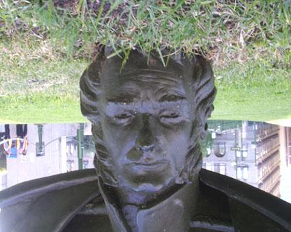 تمثال تشارلز لا تروب