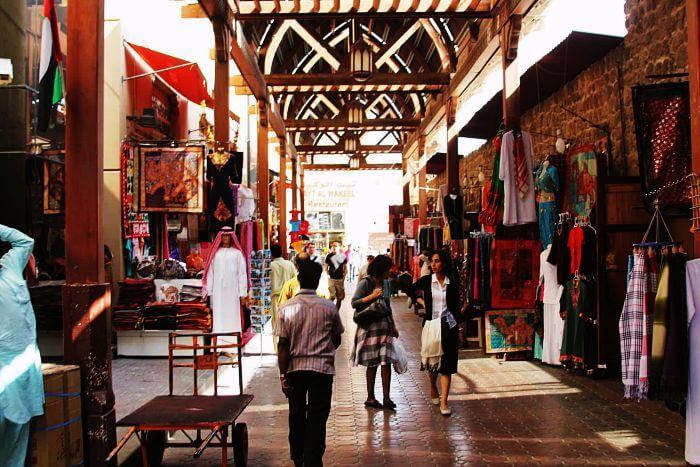 0b21cc3156a08 في بر دبي ، يضم سوق المنسوجات العديد من المتاجر، مع مجموعة متنوعة من  المنسوجات مثل الحرير والكشمير والصوف والقطن والملابس الجاهزة والأحذية  والهدايا ...