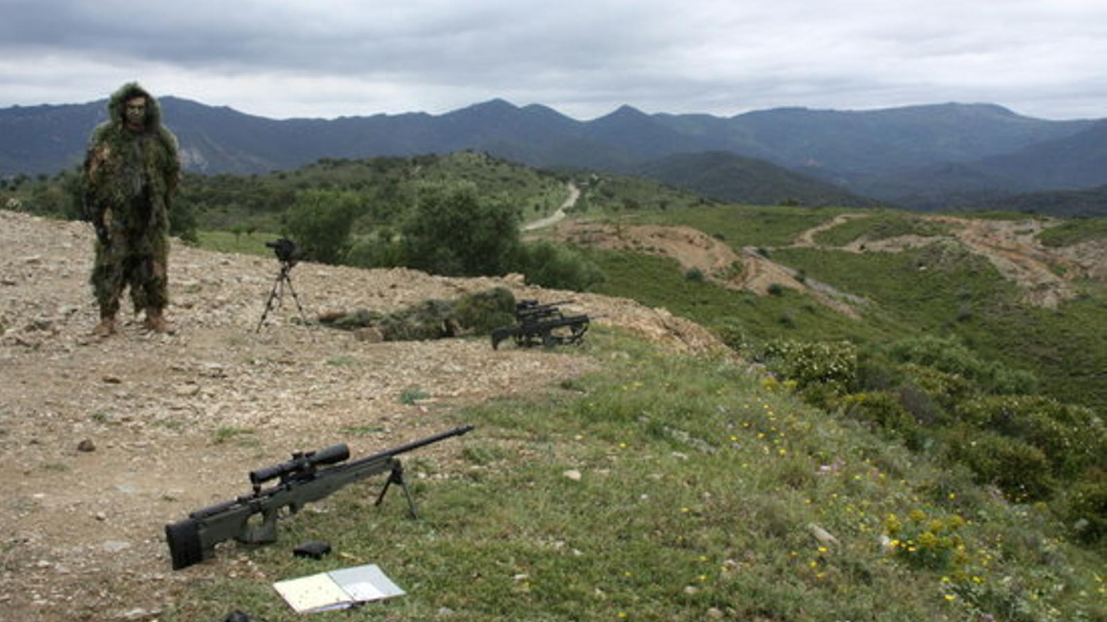 """Denuncien que una """"pluja de projectils"""" s'escapa dels límits de la base militar de Sant Climent Sescebes"""