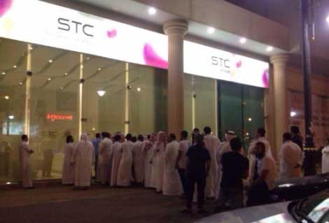 طوابير أخرى أمام أخد متاجر شركة الاتصالات السعودية STC - السعودية