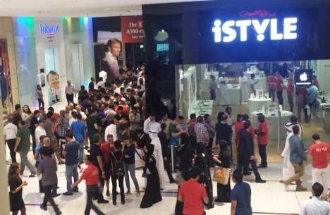 المشترون في انتظار الآيفون 6 بدبي مول - الإمارات