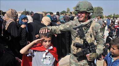 """الجندي التركي يرسم البسمة على وجوه أطفال """"رأس العين"""" السورية 2"""