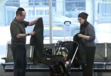 "Photo of طرد زوج يهودي من طائرة أمريكية بسبب ""رائحة جسديهما"""
