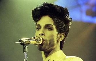 المغني الراحل برنس اثناء عرض في لندن - صورة من أرشيف رويترز.