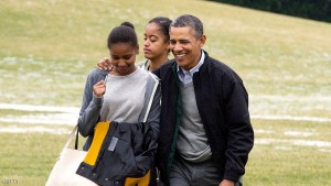 WASHINGTON, DC - JANUARY 5: (AFP OUT) U.S. President Barack Obama (R) and his daughters Malia (C) and Sasha (L) walk across the South Lawn of the White House after arriving by Marine One January 5, 2014 in Washington, DC. Obama returns from a two-week holiday in Hawaii. (Photo by Michael Reynolds-Pool/Getty Images)