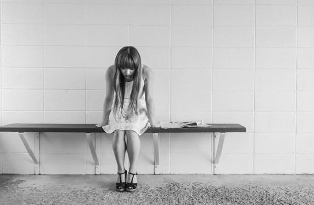 10 مؤشرات على انتهاك الرجل للمرأة عاطفيا دون انتباهه (صور)