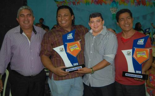 Prefeito Kerginaldo Pinto faz entrega de premiação de participação asoi representes das quadrilhas estrela do sertão e Oxente