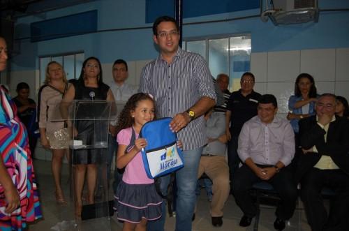 Secretário de Educação Rodrigo Aladim entregando Kit escolar