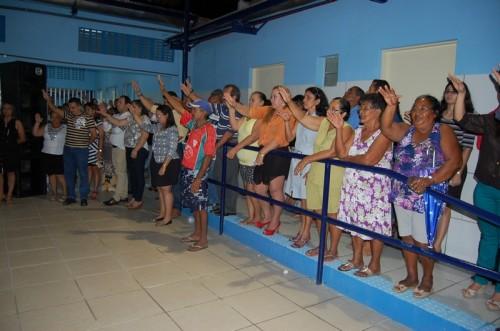 Populares oram e agradecem a iniciativa