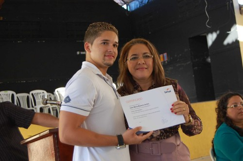Secretaria do trabalho, habitação e desenvolvimento social, Edineide Aurina faz entrega diploma a concluinte