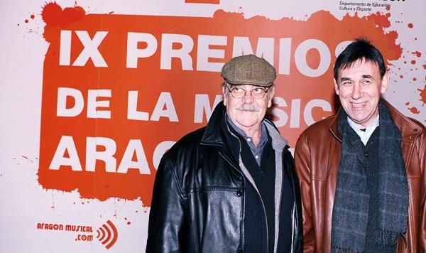 Joaquín Carbonell y José Antonio Labordeta antes de entregar un trofeo en los IX Premios de la Música Aragonesa Aragón Musical.