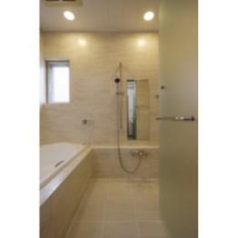 洗面所との段差をなくすため、土間全体をかさあげ、 浴室が2階にあるため入念に防水処理を行っています。