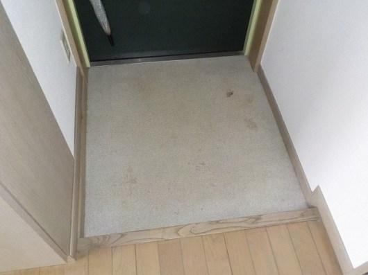 劣化した玄関の床材。内見の際に一番最初に目に入る場所なのに、見栄えが悪いです。