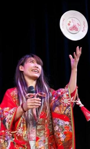 大阪 文楽劇場で和風マジック 女性マジシャン
