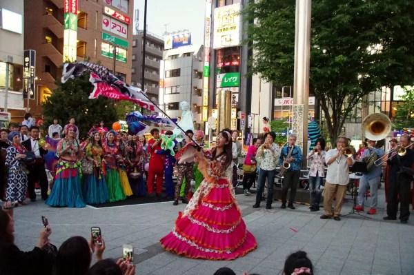 お祭り・大道芸・野外イベントにお笑い女性マジシャン派遣