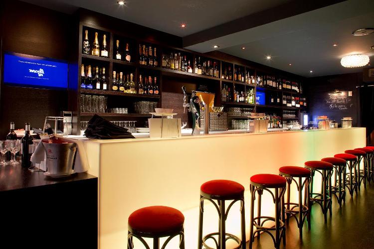 Comptoir de bar lumineux en corian translucide - Villa Tropézienne - Toulouse