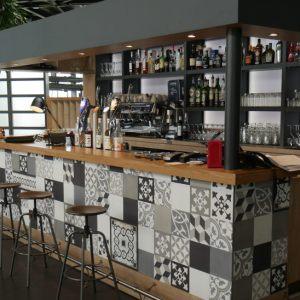 Comptoir en bois et carreaux de plâtre pour Yannick Delpech à Fenouillet
