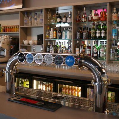 comptoir de bar et rayonnage