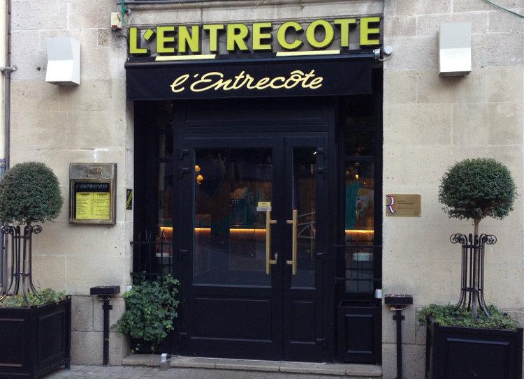 Bar lumineux à l'entrée de l'Entrecôte