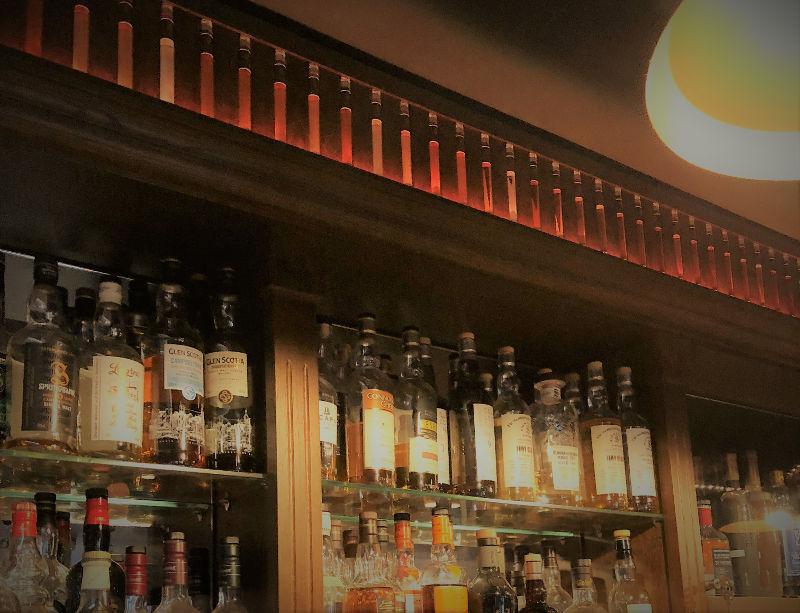 Rayonnage de bar original avec bandeau de whiskies