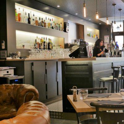 Bar avec comptoir en granit noir et bordure étain