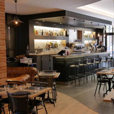 Brasserie Cosy avec comptoir en bois etain et granit
