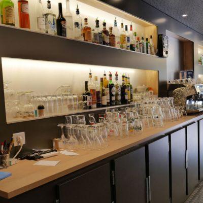 Arrière Bar avec rayonnage à niches rétroéclairées par LED