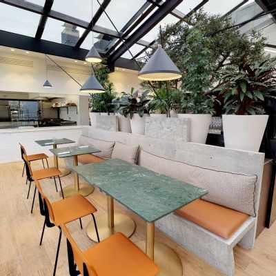 Tables et banquettes dans la salle du restaurant