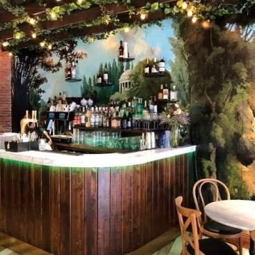 Bar en bois et marbre avec fresque murale