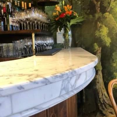 Dessus de comptoir cintré en marbre de Calacatta avec moulures