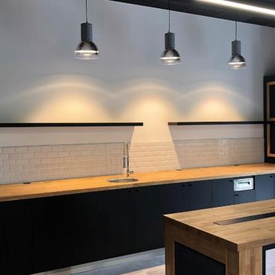 Agencement moderne et subtile association de bois massif et pierre acrylique