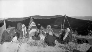 منظر لخمية يجتمع فيها البدو في ثلاثينيات نجد