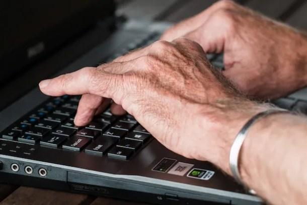 Foto di un uomo che usa un laptop