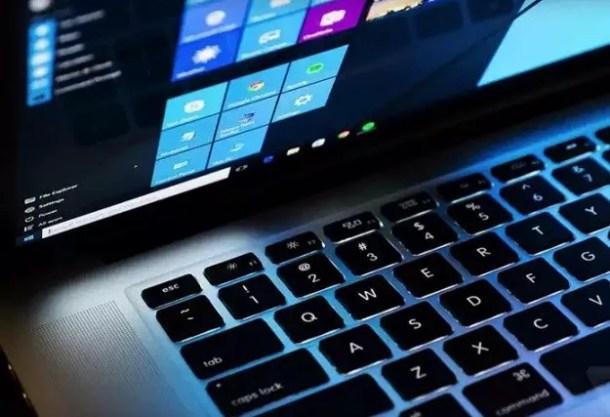 Foto di un computer portatile con Windows 10