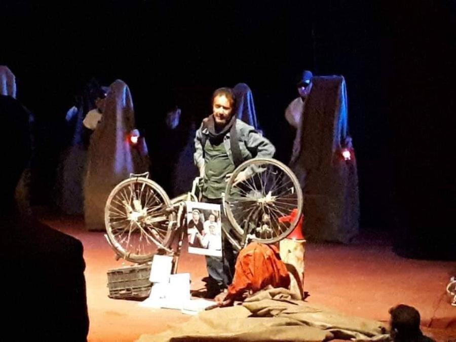 أنا المسرح الذي نظر الأعمى الى قيمي Arap Culture