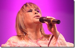 Palmenia Pizarro le cantó a los adultos mayores de Lautaro