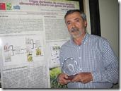 Dr. Claudio Jobet mostrando el premio entregado por Fundación CPEC-UC