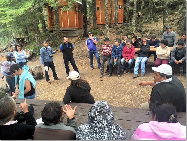 Vecinos de Carilafquén se reúnen con representante de propietario neozelandés de predio que había cerrado el camino en zona cordillerana de Melipeuco (2)