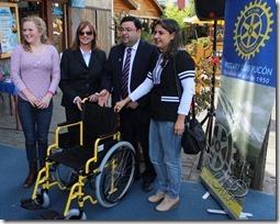 FOTO entrega sillas de rueda