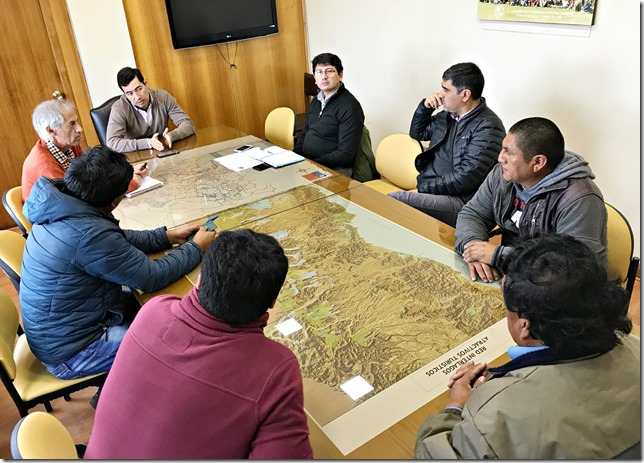 Director de Vialidad se reúne con Lonko y dirigentes de Comunidad Miguel Cheuquepán de Curacautín (2)