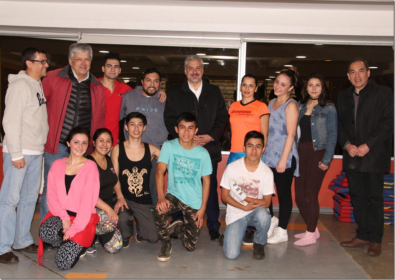Ministro en Perquenco con grupo de danza