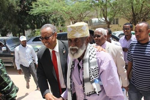 SuldaanMaxamed Cabduqaadir oo gelbinaya wasiirka arrimaha Dibadda Somaliland Madaarka Hargeysa 11 Oct, 2015