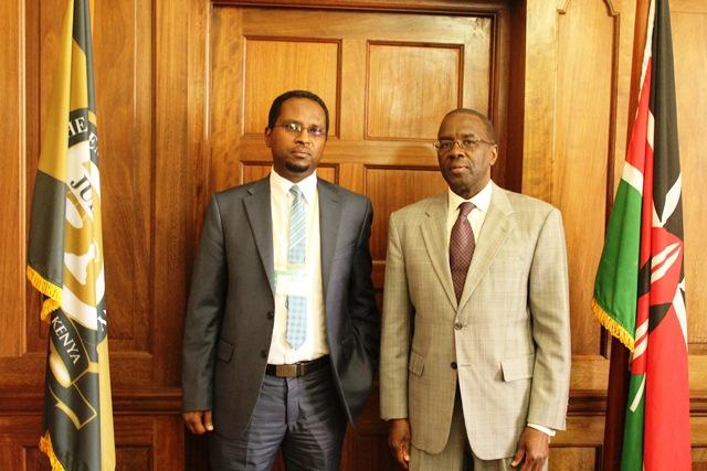 Guddoomiyaha Maxkamadda Sare ee Kenya Dr. Willy Mutunga oo xafiiskiisa ku qaabilay Prof. Adam Xaaji-Cali Axmed oo ah Guddoomiyaha Maxkamadda Sare ee Somaliland 16 Oct, 2015.