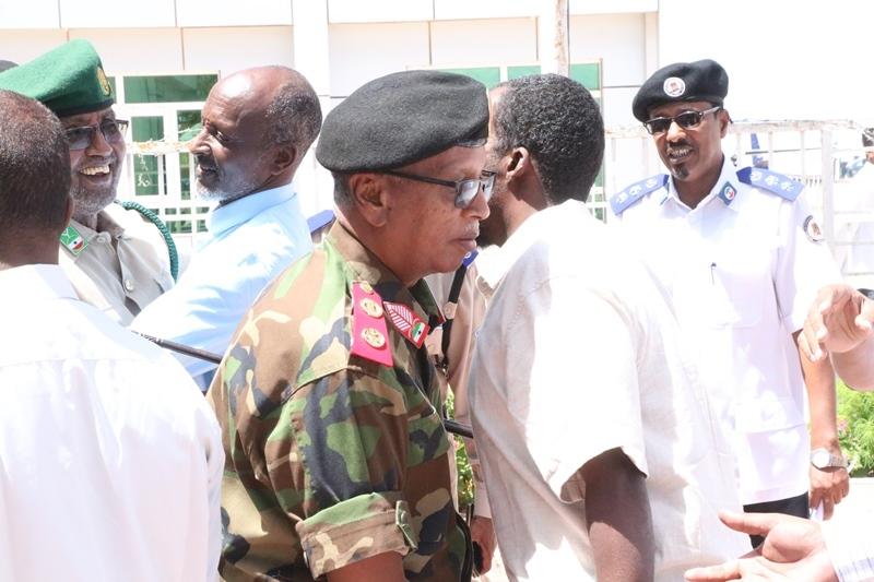 Taliyaha Ciidanka Qaranka Somaliland iyo masuuliyiin kale oo sagootiyaya maxaabiista Puntland oo ka dhoofaya Madaarka Hargeysa 3 MJun 2019