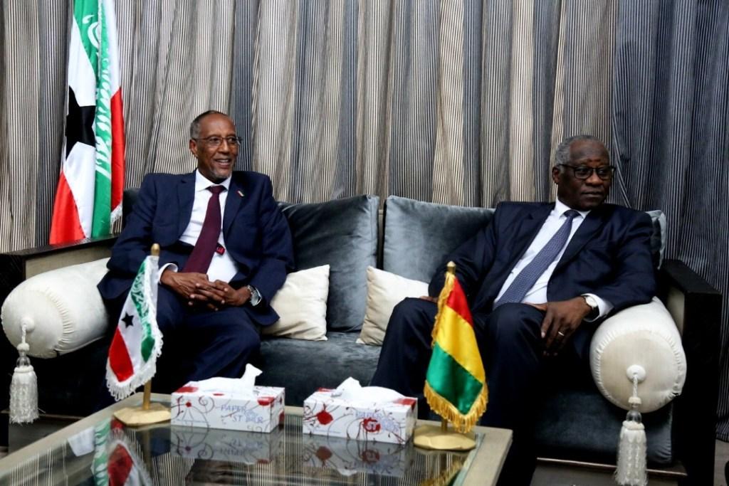 Madaxweynaha Somaliland iyo weftiga oo wasiirka arrimaha dibadda dalka Gini, Mudane Mamadi Toure,kusoo  dhoweeyay Conakry International Airport 2 july 2019, Araweelo News