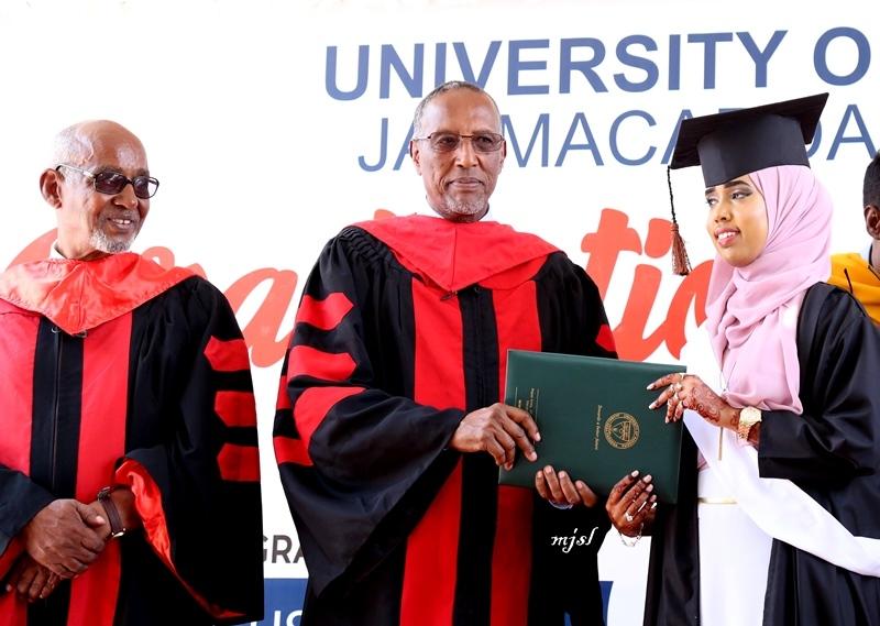 Madaxweynaha Somaliland Muuse Biixi oo shahaado gudoonsiinaya Ardayad ka mid ahayd Ardaydii ka qalinjebisay Jaamacadda Hargeysa 29 August 2019.