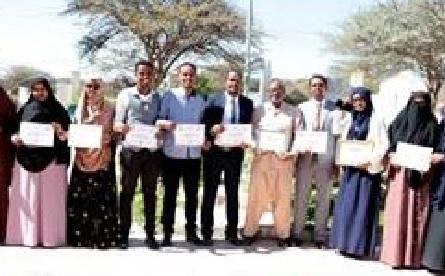 Wasiirka Wasaaradda Diinta iyo Awqaafta Somaliland, oo Abaal-marino guddoonsiinaya shaqaalaha loo gartay inay ugu wanaagsanaayeen sannadkan 2019.