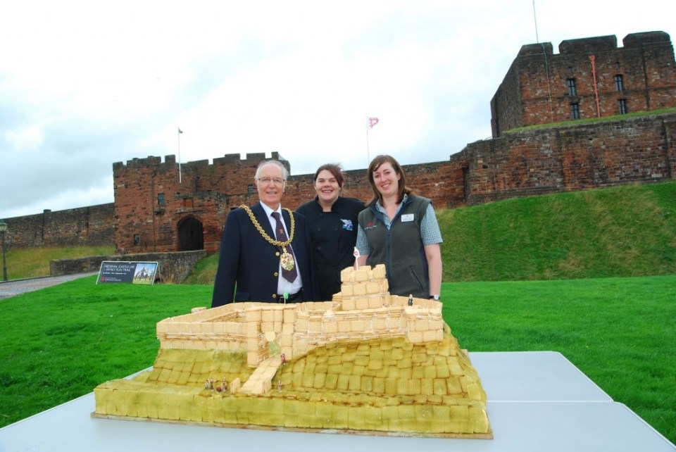 CarlisleCastleCustardCreamCakeMayor2small