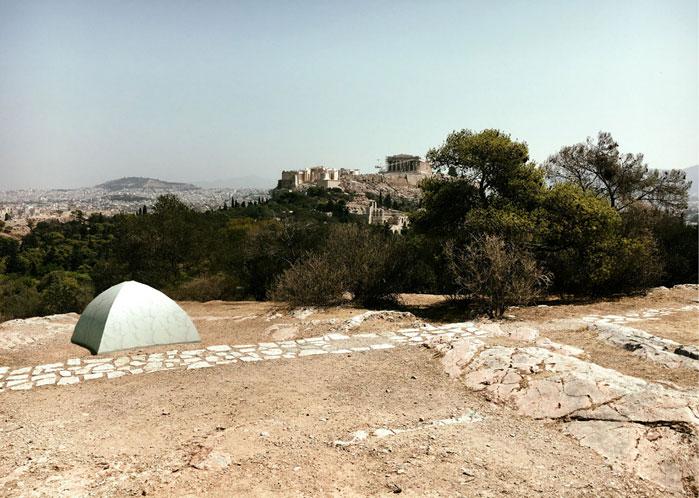Η Καναδή καλλιτέχνιδα Ρεμπέκα Μπελμόρ πρότεινε την εγκατάσταση μιας μαρμάρινης σκηνής στον λόφο του Φιλοπάππου (φωτ. ΑΠΕ-ΜΠΕ).